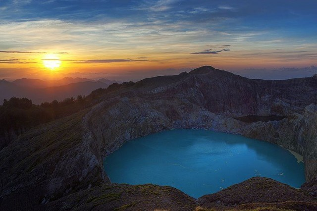 Kelimutu_crater_lakes_in_Flores_Island